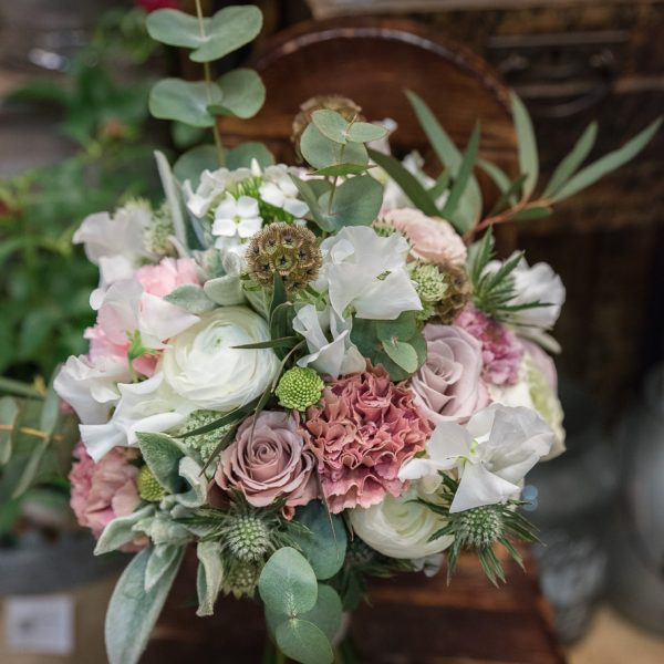 bridal-bouquet-nuotakos-puokštės-kakavine pastelinė gėlės-ir-manufaktūra-flowers-wedding-lathyrus sweet peas kvepiantys žirneliai