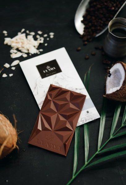 šokoladas kava ir kokoso dribsniai coffee coconut gėlės ir manufaktūra la naya ekologiškas chocolate