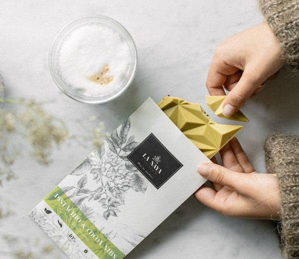 šokoladas pistacijos kava gėlės ir manufaktūra la naya ekologiškas chocolate