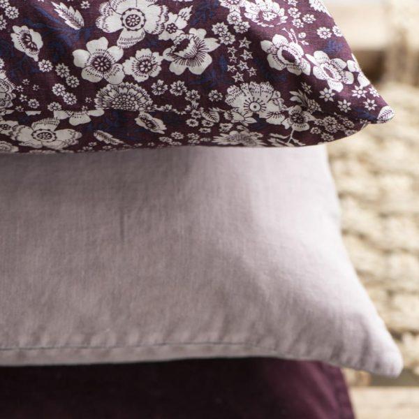 cushion cover pagalvės užvalkaliukas velvet aubergine baklažano spalvos magenta gėlės ir manufaktūra 6230-08 iblaursen