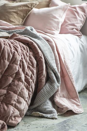 throw dusty pink double weaving rožinės spalvos lovatiesė staltiesė gėlės ir manufaktūra blukinta 6865-71 iblaursen užtiesalas pledas