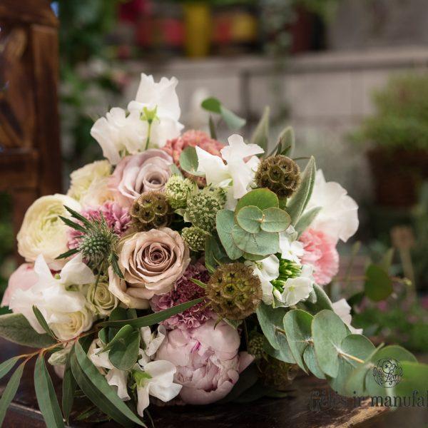 bridal-bouquet-nuotakos-puokštės-kakavine pastelinė gėlės-ir-manufaktūra-flowers-wedding-lathyrus sweat peas kvepiantys žirneliai