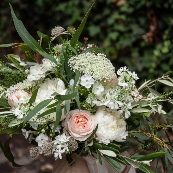 balta vasarine scabiosa eukalipt nuotakos puokste bridal bouquet