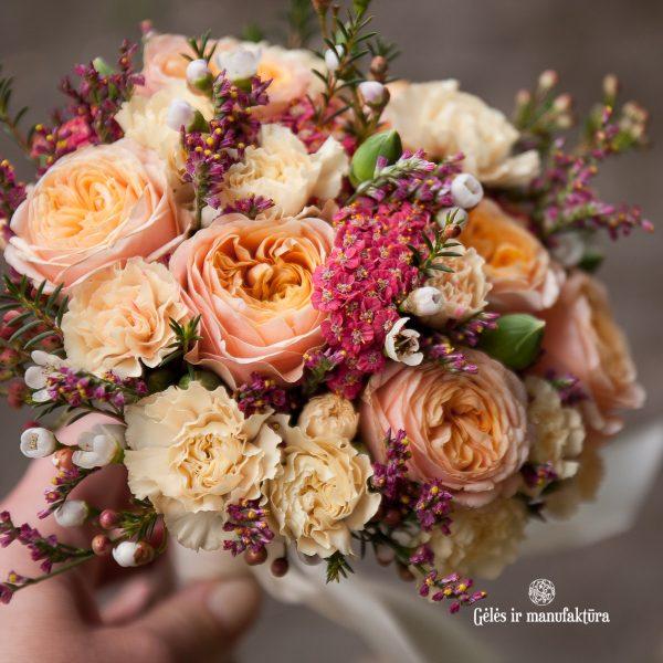 puokštė puokštelė vestuvinė nuotakos pamergės nuotakai Gėlės ir manufaktūra vestuvės bridal bouquet persikinė oranžinė orange peach