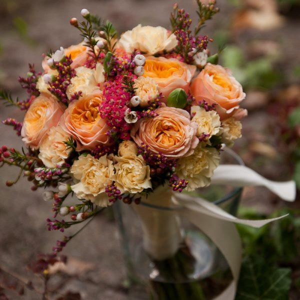 puokštė puokštelė vestuvinė nuotakos pamergės nuotakai Gėlės ir manufaktūra vestuvės bridal bouquet persikinė oranžinė orange