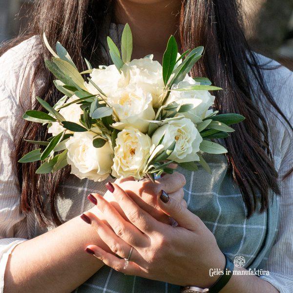 baltos bijūninės angliškos rožės nuotakos puokštė david austin bridal roses bouquet patience gėlės ir manufaktūra