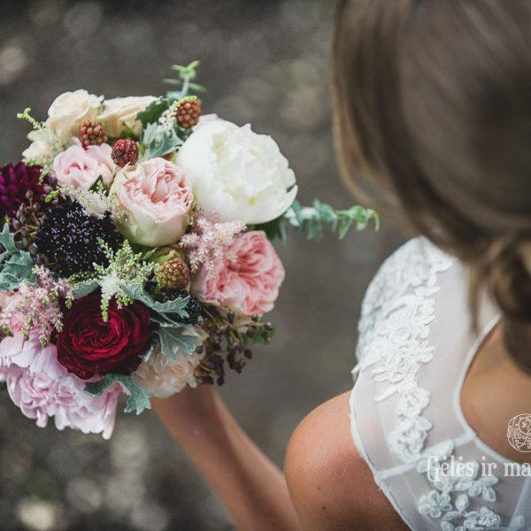 nuotakos puokštė bridal bouquet gėlės ir manufaktūra vestuvės wedding flowers magenta purple