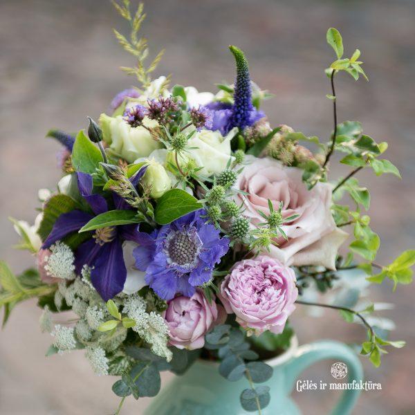 mėlyna violetinė puokste nuotakos bridal bouquet gėlės ir manufaktūra raganė clematis scabiosa žvaigždūnė žydra