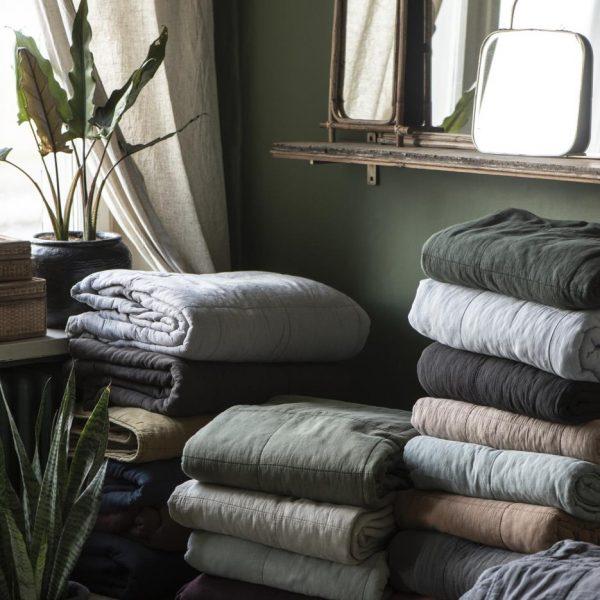 quilt bedspread throw lovatiesė lovos užtiesalas juoda tamsiai pilka gėlės ir manufaktūra anthracite 6208 iblaursen pledas