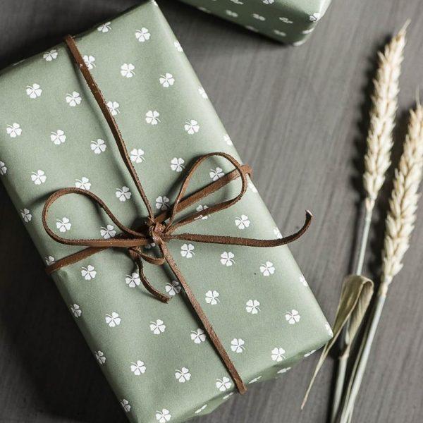 wrapping-gift-paper-zalias-dovanu-pakavimo-popierius-gėlės-ir-manufaktūra-iblaursen keturlapis dobilas green four leaved